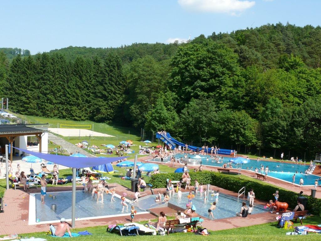 Waldschwimmbad Oberscheld - Kinder-Planschbecken-Anlage, Schwimmbecken, Rutsche, Beach-Volleyballfeld